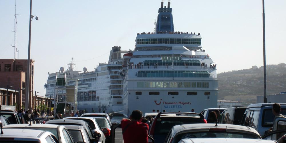 Warten auf die Fähre im Hafen von San Sebastian de la Gomera