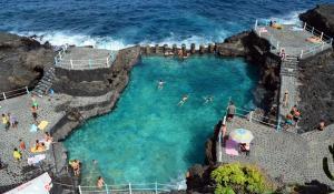 Charco Azul - Naturschwimmbecken an der rauen Ostküste von La Palma.