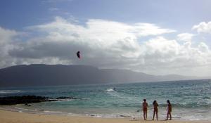 Kitesurfer mit Zuschauerinnen am Playa Francesa