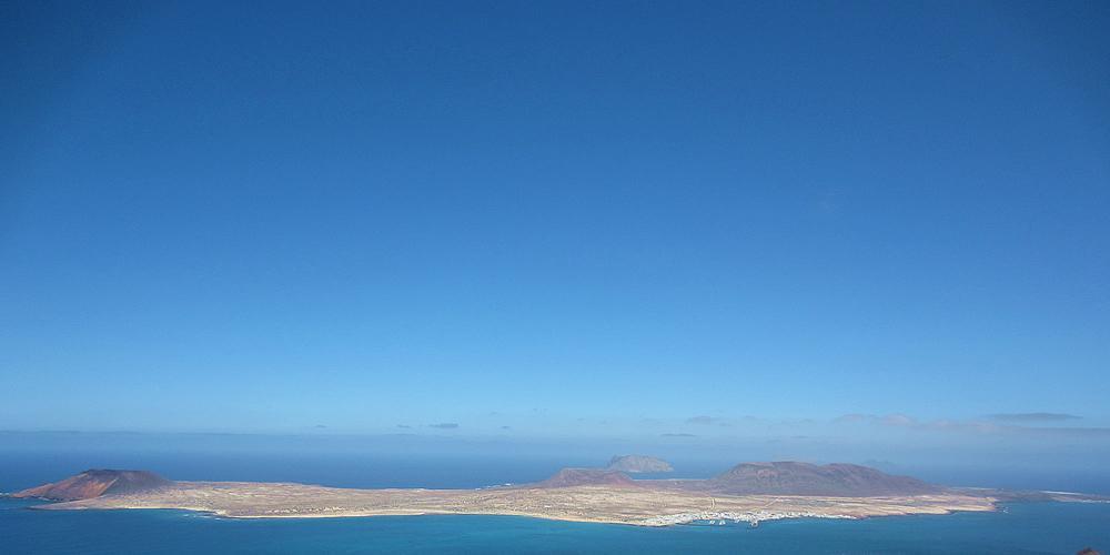 La Graciosa liegt spektakulär vor den Klippen an der Nordspitze von Lanzarote